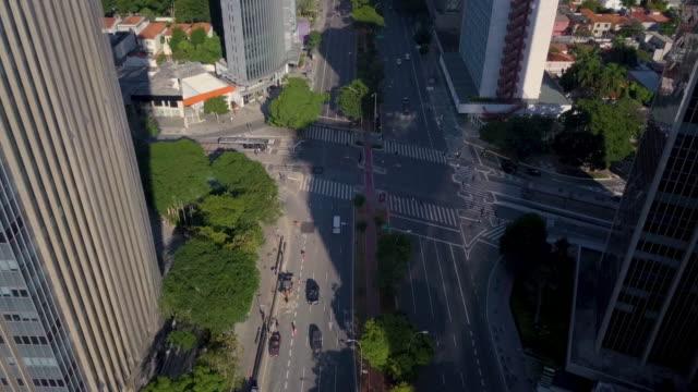 vídeos de stock e filmes b-roll de aerial view of sao paulo avenues and streets with drone - vista geral