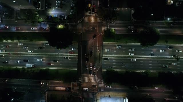 vidéos et rushes de vue aérienne de la ville de sao paulo, brésil dans la nuit - dessus