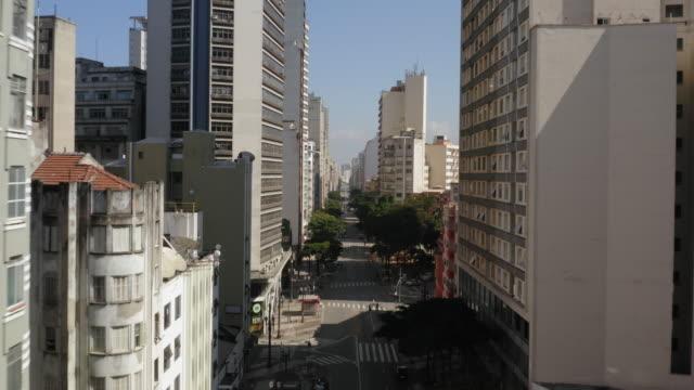 vídeos de stock, filmes e b-roll de vista aérea do centro de são paulo, brasil - exterior de prédio