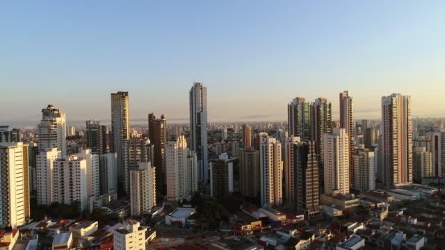 vídeos de stock e filmes b-roll de aerial view of sao paulo - céu claro