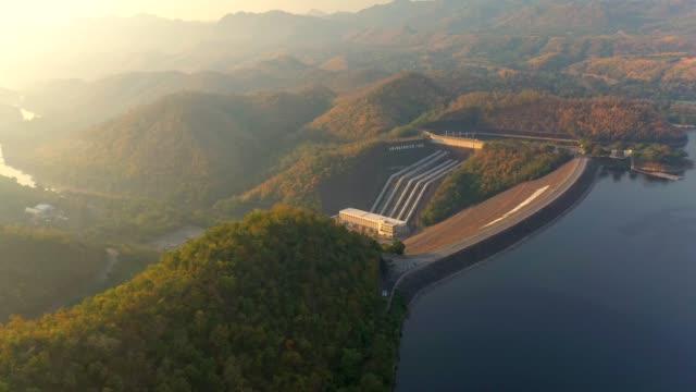 flygvy över landskapet i dammen i tropisk regnskog i nationalparken på sunrise - damm stillastående vatten bildbanksvideor och videomaterial från bakom kulisserna