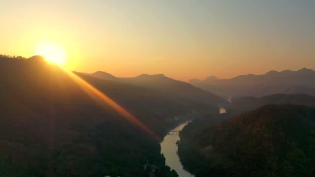 vidéos et rushes de vue aérienne de paysage de barrage dans la forêt tropicale humide dans le stationnement national sur le lever de soleil - barrage