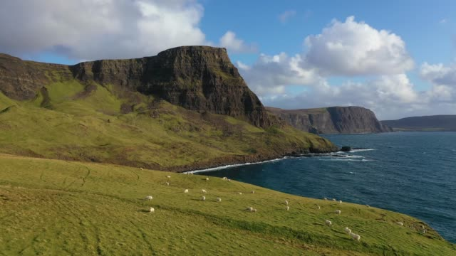 aerial view of scotland : isle of skye - neist point cliffs - スコットランド点の映像素材/bロール