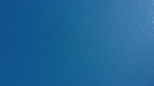vidéos et rushes de aerial view of sea surface - 30 secondes et plus