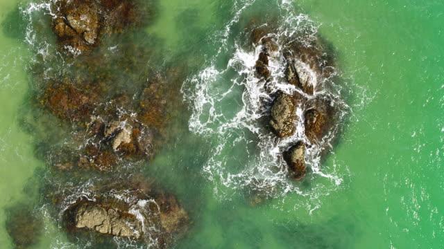 岩で飛び散る海水の航空写真。 - ニュージーランド べイ・オブ・アイランズ点の映像素材/bロール