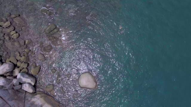 luftbild von wellen und strand - durchpausen stock-videos und b-roll-filmmaterial