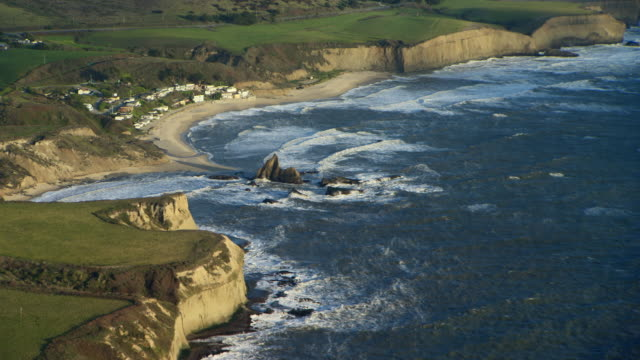 aerial view of secluded martin's beach in san mateo county, northern california. - nordkalifornien stock-videos und b-roll-filmmaterial