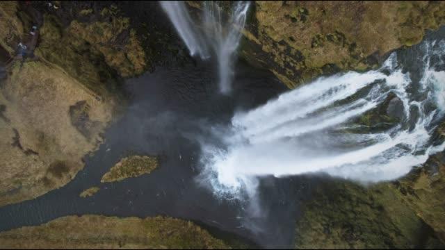 aerial view of seljalandsfoss waterfall - stock drone video - ström bildbanksvideor och videomaterial från bakom kulisserna
