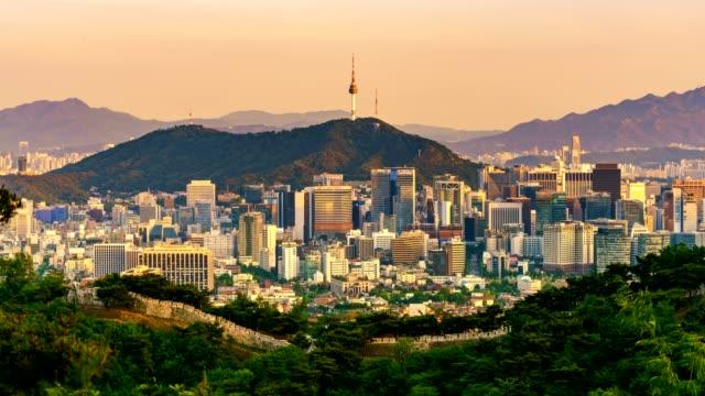 Luchtfoto van Seoul centrum stadsgezicht en Namsan Seoul Tower van dag naar nacht. Seoul, Zuid-Korea.