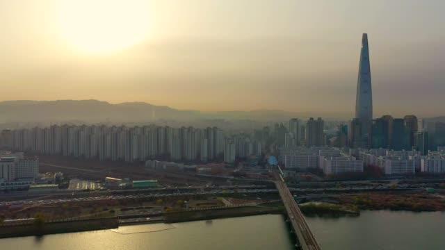 ソウル、韓国ロッテの世界塔建物と蚕室駅橋の空撮 - ソウル点の映像素材/bロール