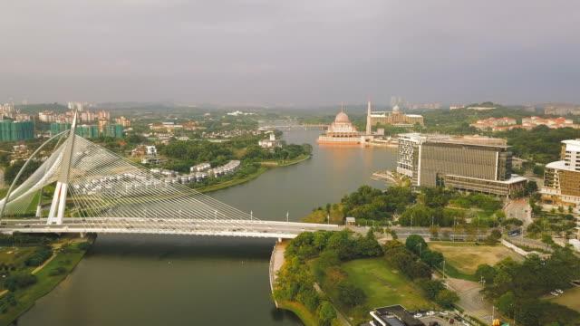クアラルンプール、計画された都市およびマレーシアの連邦政府の行政の中心地でセリ ワワサン橋の航空写真ビュー - マレーシア点の映像素材/bロール
