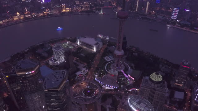 aerial view of shanghai financial district at night - grandangolo tecnica fotografica video stock e b–roll