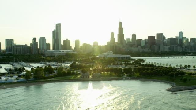 aerial view of shedd aquarium and shoreline chicago - グラントパーク点の映像素材/bロール