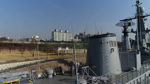 vídeos y material grabado en eventos de stock de aerial view of ship (korean navy vessel) in battleship park (the first shipbuilding theme park), seoul at daytime - anclado