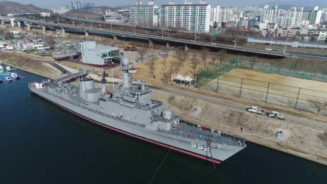 vídeos y material grabado en eventos de stock de aerial view of ship (korean navy vessel) in seoul battleship park (the first shipbuilding theme park), seoul at daytime - anclado