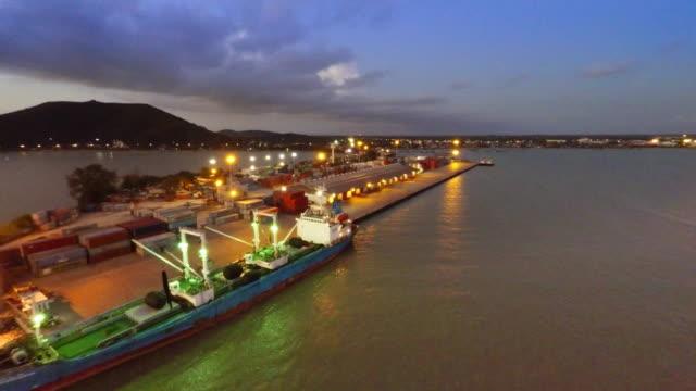 vídeos y material grabado en eventos de stock de vista aérea de barco jardín en al atardecer - terminal de ferry