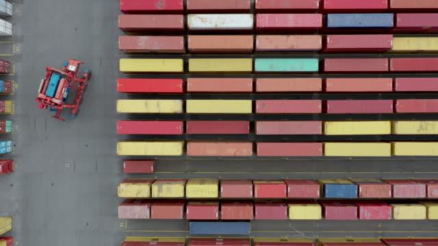 luftaufnahme von schiffscontainern im hafen - container stock-videos und b-roll-filmmaterial