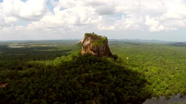 空から見たシギリヤロックのスリランカ - rocking点の映像素材/bロール