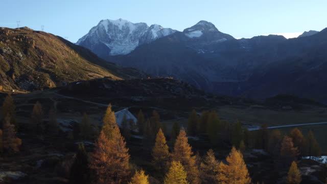 vídeos de stock, filmes e b-roll de vista aérea do simplon pass - snow cornice