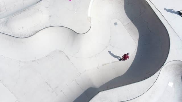 stockvideo's en b-roll-footage met luchtfoto van skatepark - skateboardpark