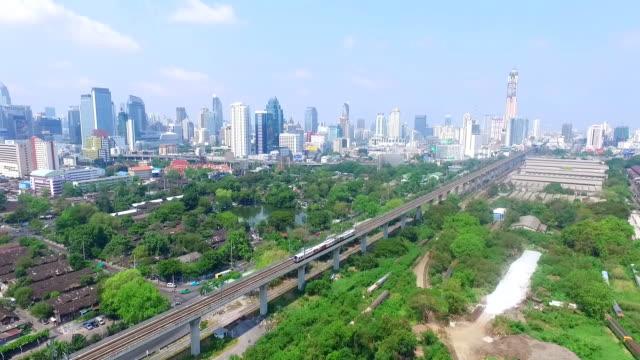 luftbild von himmel trian masse transit von bangkok, thailand - einschienenbahn stock-videos und b-roll-filmmaterial