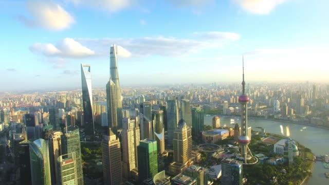 vídeos de stock, filmes e b-roll de vista aérea do arranha-céu em xangai, atirar de filmagem por zangão - torre oriental pearl