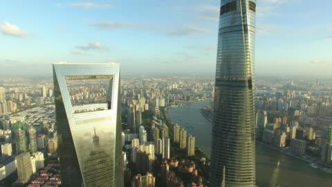 vídeos y material grabado en eventos de stock de vista aérea de rascacielos en shanghai, dispara imágenes por drone - shanghái
