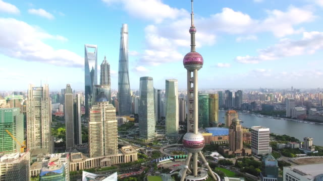 stockvideo's en b-roll-footage met luchtfoto van wolkenkrabber in shanghai, beelden schieten door drone - international landmark