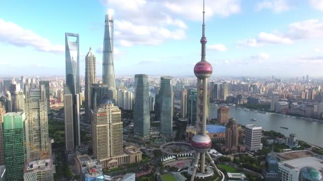 超高層ビルの空撮上海、無人機による映像撮影 - 東方明珠塔点の映像素材/bロール