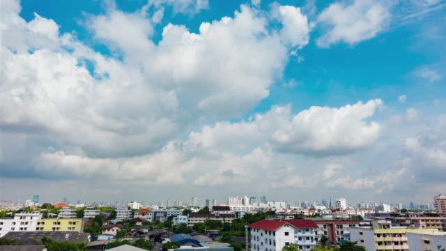 高層ビルが午後の日差しも雲の空撮。 - 澄んだ空点の映像素材/bロール
