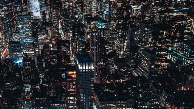 vidéos et rushes de vue aérienne de t/l des gratte-ciel à manhattan la nuit / nyc - quadrillage