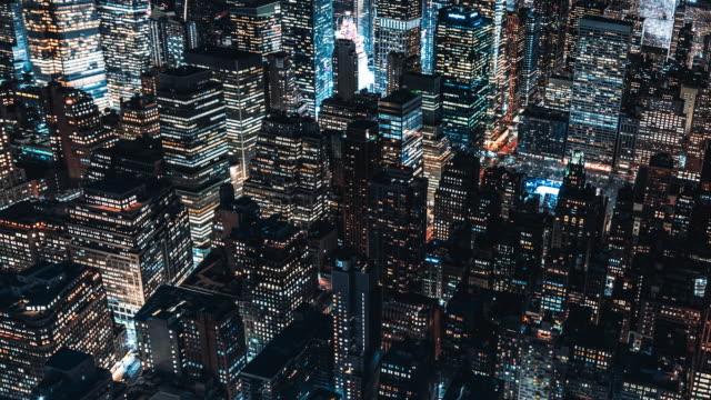 夜のマンハッタンの高層ビルのt / l td空中写真 / nyc - ニューヨーク州点の映像素材/bロール