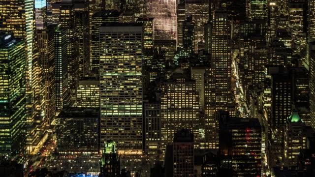 vidéos et rushes de vue aérienne de t/l des gratte-ciel à manhattan, du crépuscule à la nuit / nyc - quadrillage