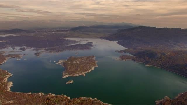 Luchtfoto van Slano jezero in Montenegro 4K