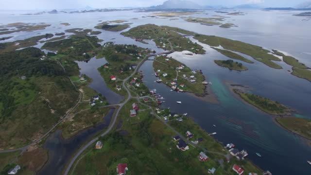 vídeos de stock e filmes b-roll de aerial view of small fishing village on islands in western norway - aldeia de pescador