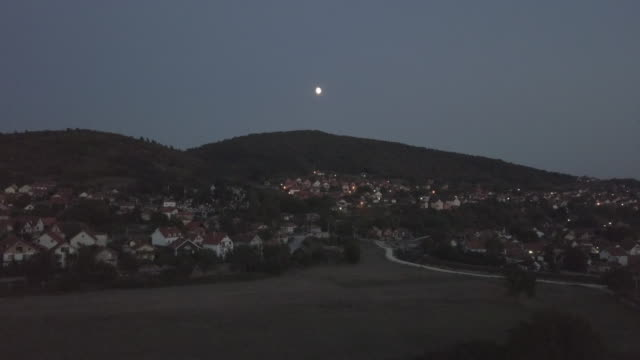 vídeos y material grabado en eventos de stock de vista aérea de la ciudad pequeña 4k - villa asentamiento humano