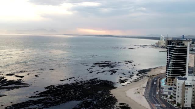 vídeos y material grabado en eventos de stock de vista aérea de la pequeña ciudad por mar - provincia occidental del cabo