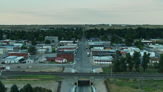 luftaufnahme der kleinstadt in nebraska - straßenschild stock-videos und b-roll-filmmaterial