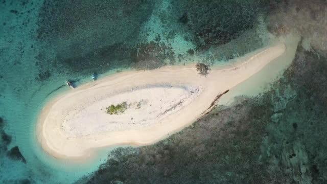 vídeos de stock, filmes e b-roll de vista aérea (drone) da pequena ilha tropical ao pôr do sol - muito pequeno