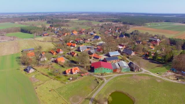 Flygfoto över liten by och jordbruksmark i Tyskland / Splietau Luechow Dannenberg lägre Sachsen