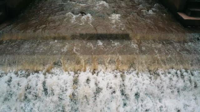 flygfoto över små water's gate eller weir av bevattning på landsbygden, thailand - vattna bildbanksvideor och videomaterial från bakom kulisserna
