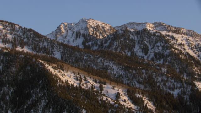 vidéos et rushes de aerial view of snowcapped wasatch range at sunset, near salt lake city, utah, united states of america. - utah