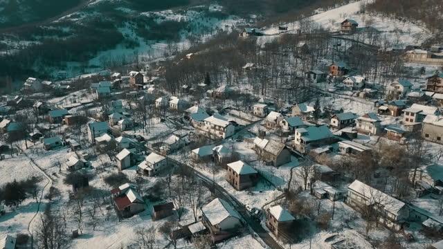 vídeos de stock, filmes e b-roll de vista aérea da vila montanhosa nevada - sérvia