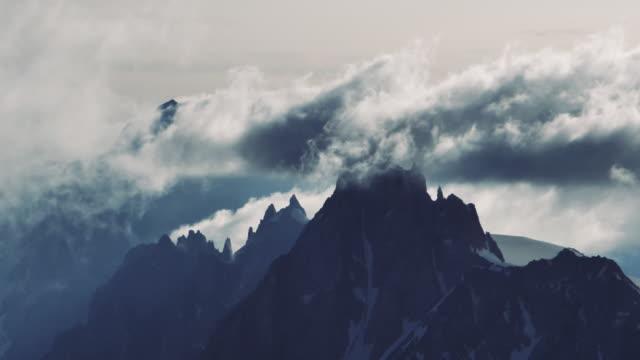 luftaufnahme der verschneiten berge - gebirgskamm stock-videos und b-roll-filmmaterial