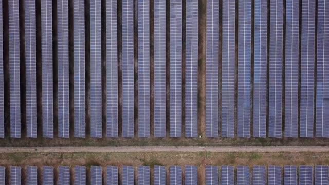 代替エネルギー太陽光発電ファームの航空写真 - ソーラーパネル点の映像素材/bロール