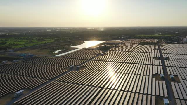 luftaufnahme des solarkraftwerks - gegenlicht stock-videos und b-roll-filmmaterial
