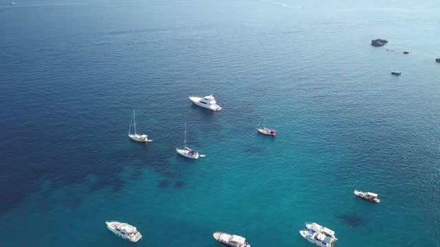 vista aerea di alcune barche in mare - barca da diporto video stock e b–roll