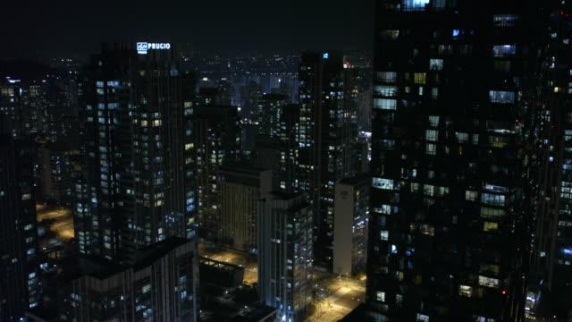 vidéos et rushes de aerial view of songdo international business district at night - vue subjective de drone