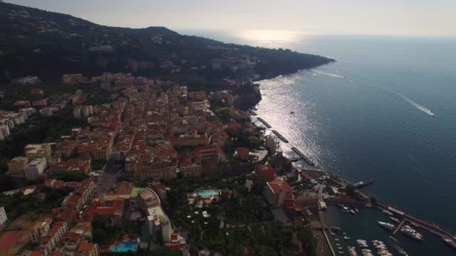イタリア、ナポリの州のソルレントの航空写真 - ナポリ点の映像素材/bロール