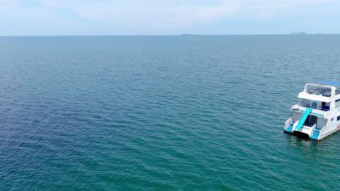 vídeos y material grabado en eventos de stock de vista aérea de la lancha rápida sobre el hermoso mar azul - motor eléctrico